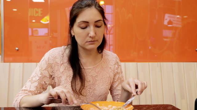 Chica-atractiva-comiendo-un-panqueque-con-helado-de-café-de-cerca