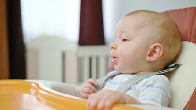Lindo-bebé-en-la-silla-en-casa