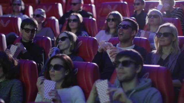 Grupo-de-personas-en-gafas-3d-están-viendo-una-película-en-un-cine-de-película-