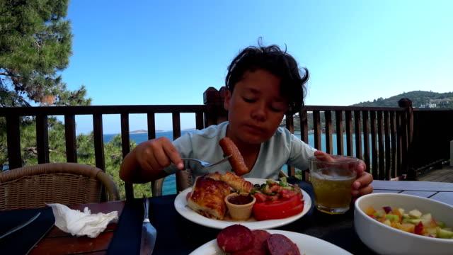 Hermoso-hijo-desayunando-en-al-aire-libre
