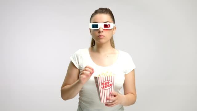 Chica-con-gafas-3D-y-palomitas-de-maíz-que-miedo