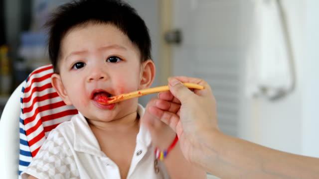 niño-comer-alimentos