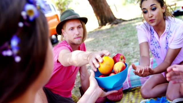Amigos-tener-frutos-en-el-festival-de-música-de-4k