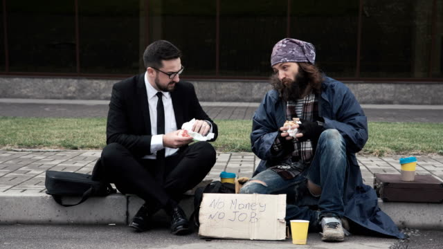 Geschäftsmann-die-Kommunikation-mit-Obdachlosen