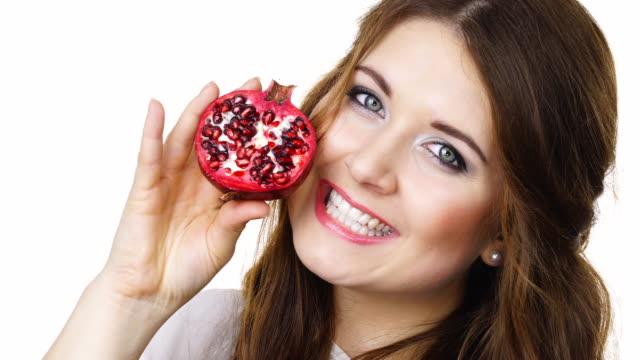 Mujer-sostiene-la-mitad-de-la-fruta-Granada-aislado