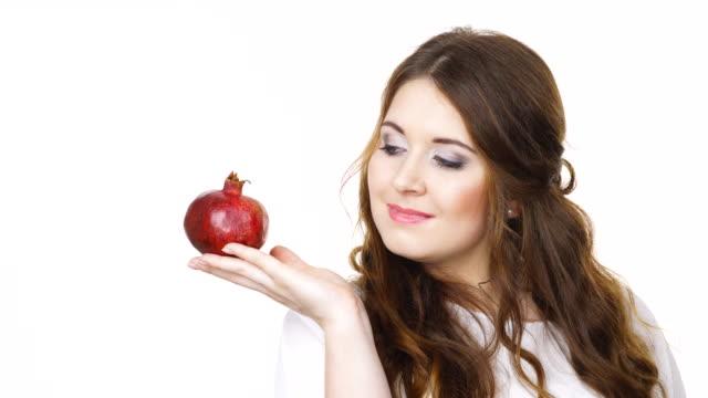 Mujer-alegre-es-fruto-de-la-Granada-aislado