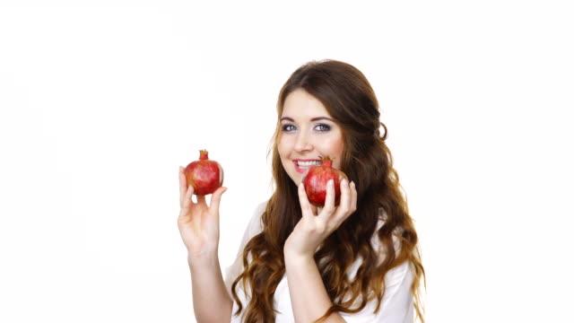 Mujer-alegre-tiene-frutas-Granada-aisladas
