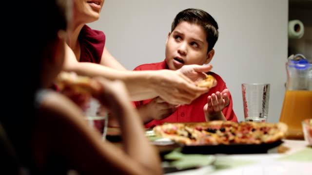 Mutter-gibt-Salat-anstelle-von-Pizza-zu-Sohn-Ãœbergewicht