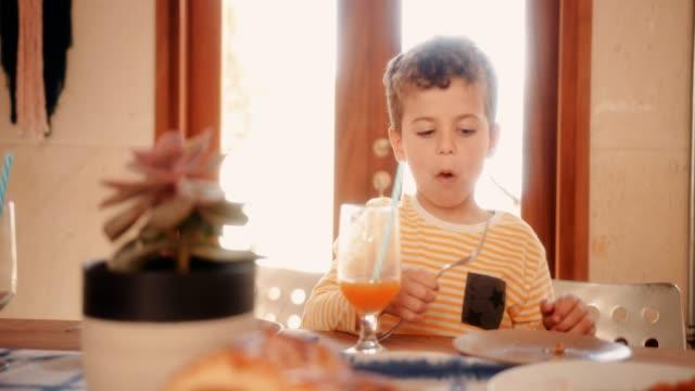 Muchacho-joven-acabado-de-desayuno-y-saliendo-de-la-cocina-de-la-casa