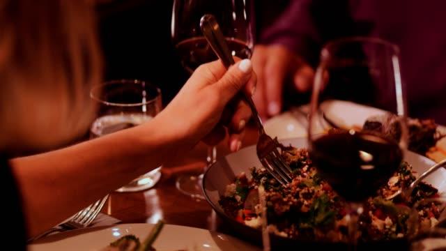 Nahaufnahme-von-Menschen-Essen-Gourmet-Quinoa-Salat-im-luxuriösen-restaurant