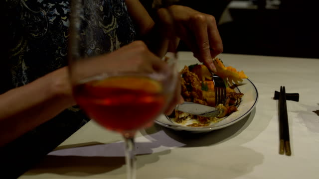 Manos-de-las-mujeres-cortan-carne-de-cangrejo-en-masa-con-un-tenedor-y-cuchillo