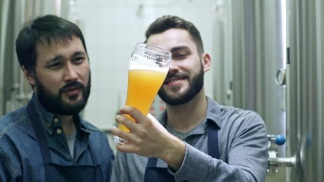 Fröhliche-Brauerei-Arbeitnehmer-diskutieren-frisches-Bier