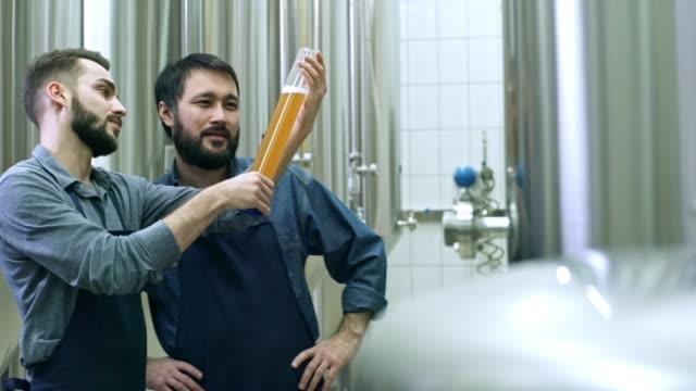 Brauerei-Arbeitnehmer-diskutieren-Bier