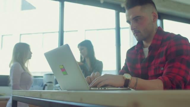 Hombre-bebidas-de-café-mientras-trabaja-en-la-oficina-de-arranque