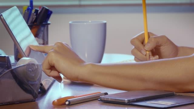 Tiro-de-carro-de-la-mujer-que-trabaja-en-casa-oficina-usando-wifi-y-tablet-tableta-digital