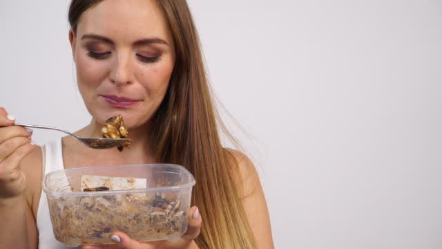 Woman-eat-oatmeal-with-dry-fruits-Dieting-4K