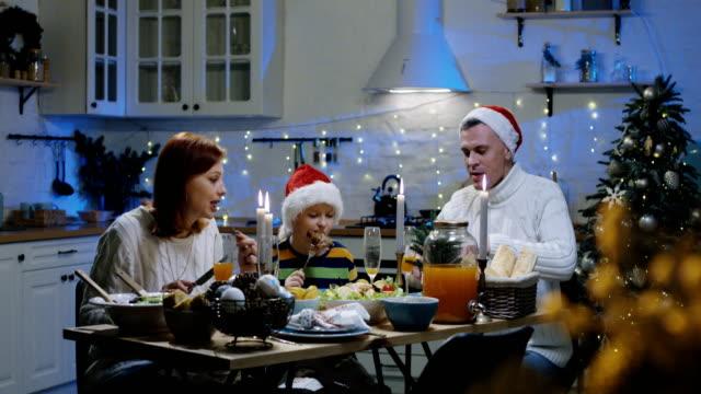 Familia-alrededor-de-la-mesa-de-Navidad
