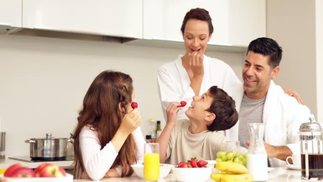 Feliz-familia-tener-su-desayuno-juntos