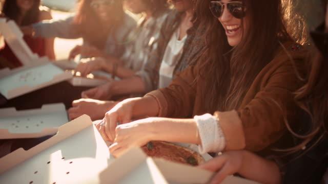 Hipster-Stil-Freunde-genießen-pizza-während-dem-Sonnenuntergang-während-Ausflug
