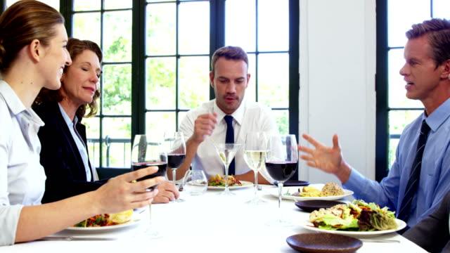 Geschäftsleute-beim-Anstoßen-und-mit-Mittagessen