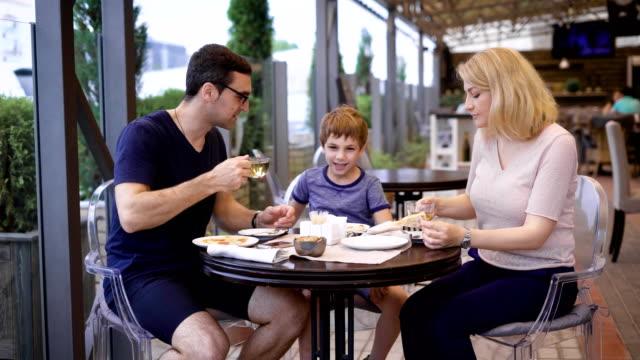 Familie-ist-das-Essen-alle-zusammen-im-Restaurant-genießen-lachen-und-plaudern-miteinander
