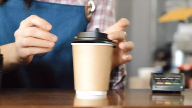 Cliente-pagar-café-con-NFC