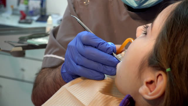 Niño-pequeño-paciente-visitante-especialista-clínica-dental-Tratamiento-dental