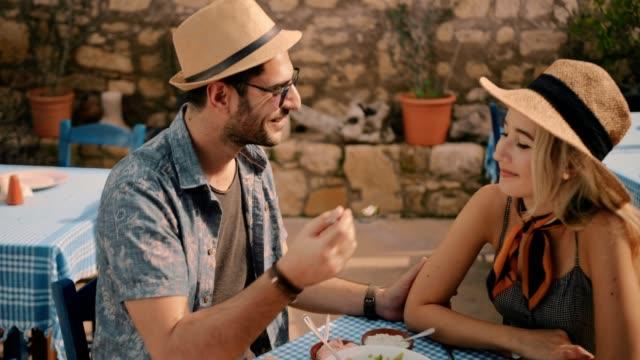 Paar-im-Urlaub-in-Griechenland-traditionelles-Essen-im-restaurant