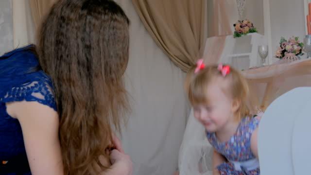 Retrato-de-niña-divertida-y-su-madre-en-casa