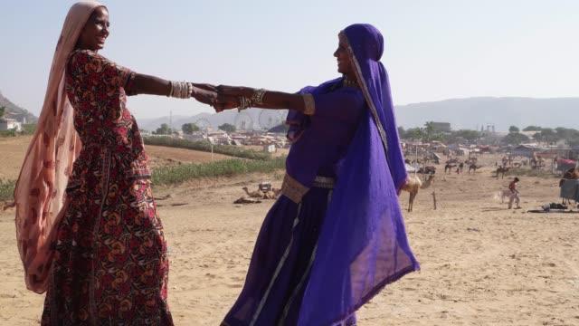 Mujeres-bailando-en-el-desierto-de-Pushkar-Mela-Festival-de-Rajastán