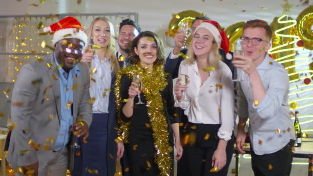 Partido-de-trabajadores-de-oficina-posando-en-el-nuevo-años