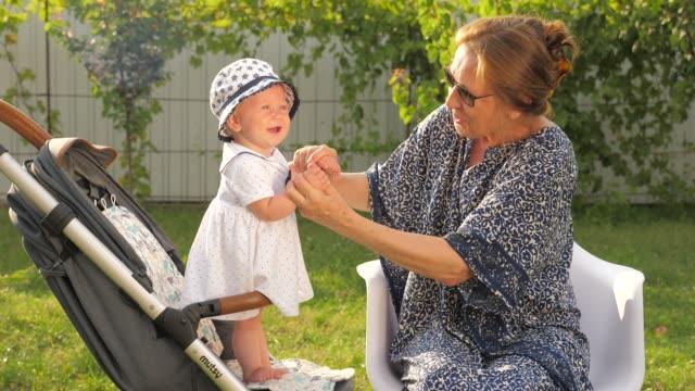 Großmutter-und-Enkelin-
