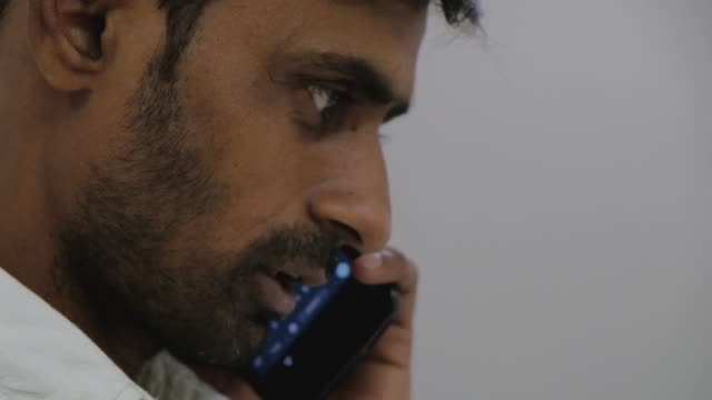 Nahaufnahme-von-braunen-Händen-auf-ein-Touchscreen-Handy-smart-Gerät-eingeben-und-dann-einen-Anruf-Seitenansicht