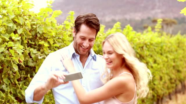 Feliz-sonriente-pareja-tomando-un-autorretrato