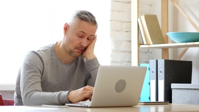 Hombre-en-el-escritorio-en-la-oficina-de-edad-medio-dormir-cansado