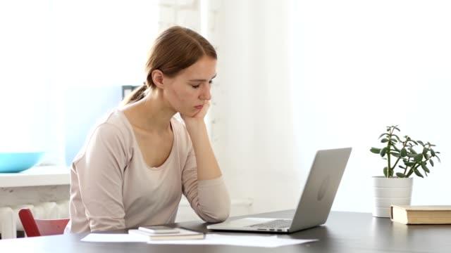 Dormir-a-mujer-creadora-sensación-de-cansancio-en-la-oficina