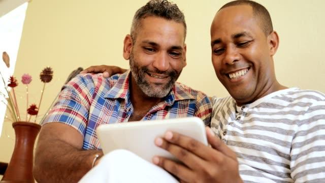 Brautpaar-Gay-homosexuelle-Männer-küssen-und-Computer