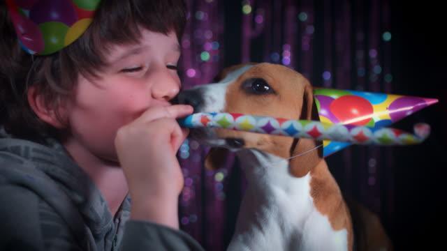 4-k-cumpleaños-niño-y-perro-que-sopla-silba