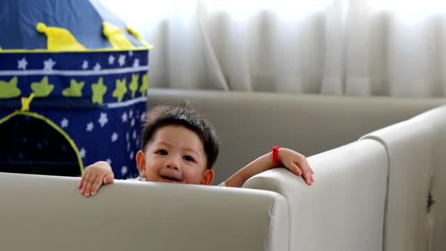 niedliche-Baby-junge-glücklich-im-Wohnzimmer-mit-soft-Pad-Matratze-Partition-Begrenzung-Selbstschutz-in-Einfamilienhaus