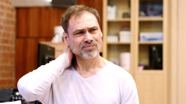 Hombre-de-edad-media-cansada-con-dolor-de-cuello-retrato