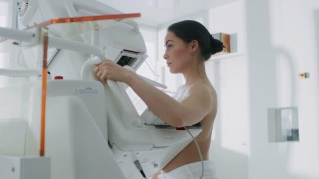 En-el-Hospital-retrato-foto-de-Topless-mujer-paciente-someterse-a-mamografías-procedimiento-Mujer-joven-saludable-hace-exploración-mamografía-preventiva-del-cáncer-Moderno-Hospital-con-máquinas-de-alta-tecnología-
