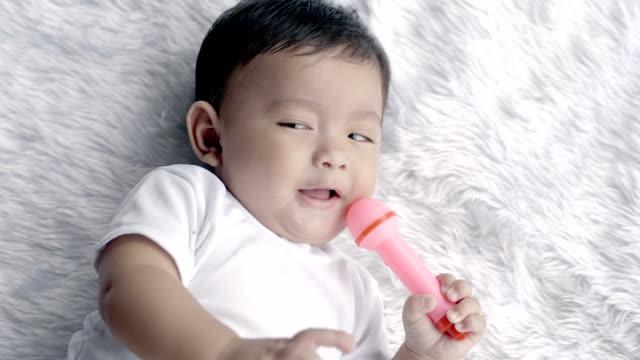 Asia-muchacho-del-bebé-un-lindo-7-meses-sonrisa-tumbado-sobre-una-manta-