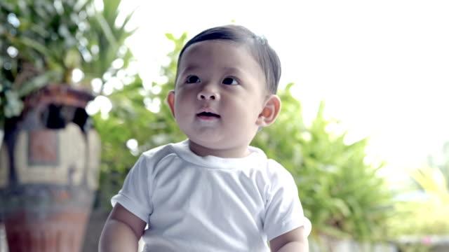 Niño-de-Asia-Linda-de-7-meses-de-edad-Sonrisa-feliz