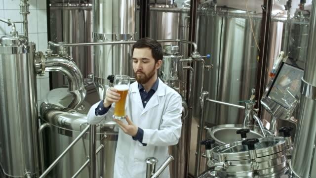 Brauerei-Worker-Verkostung-frisches-Bier