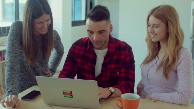 Grupo-de-trabajo-creativo-en-equipo-en-la-oficina-de-inicio