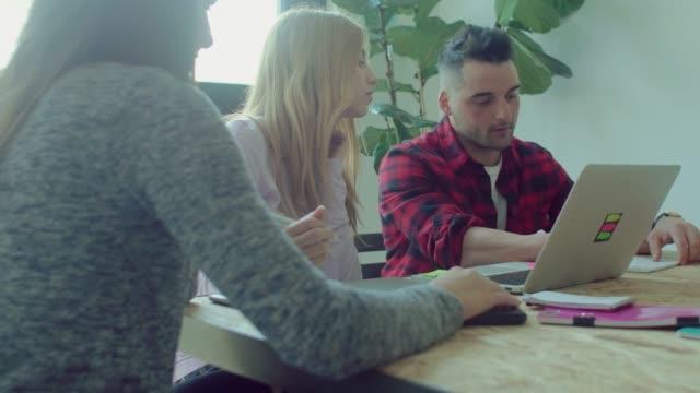 equipo-de-pequeñas-empresas-trabajan-en-la-oficina-de-inicio
