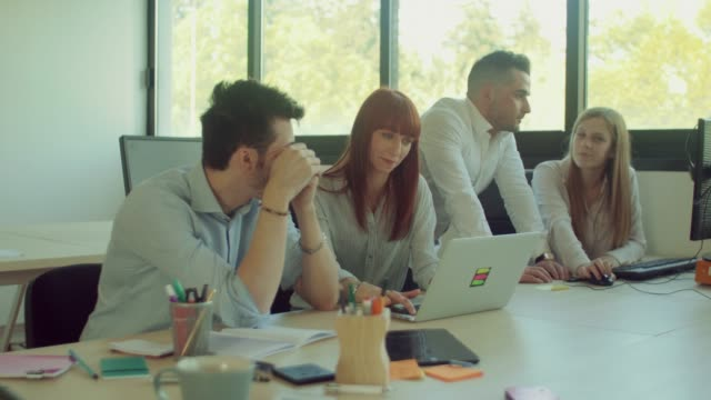 equipo-de-negocios-trabajando-en-la-oficina-de-inicio