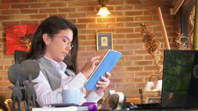 Ministerio-del-interior-Tiro-de-carro-de-una-freelance-hispano-joven-usando-tableta-digital-y-tomando-café-