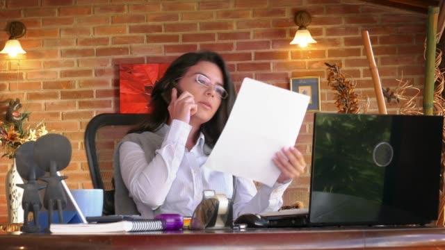 Ministerio-del-interior-Tiro-del-carro-de-una-freelance-hispano-joven-haciendo-trámites-y-el-uso-de-teléfonos-inteligentes