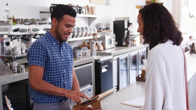 Frau-die-kontaktlose-Kartenzahlung-in-einem-Coffee-shop